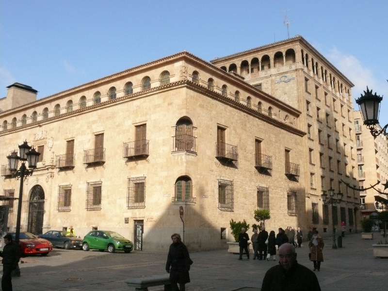 Edificio de Caja Duero sin decoración