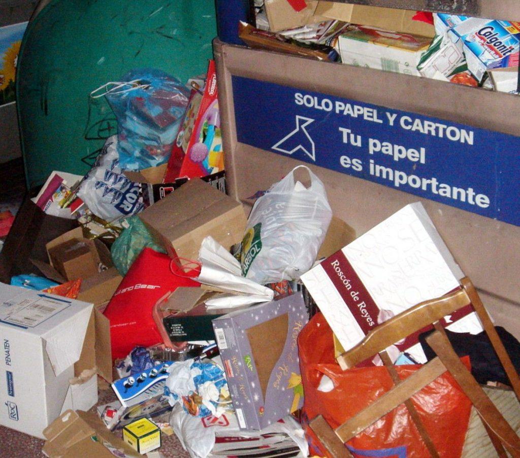 basura navideña y contenedor