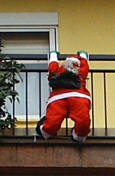 Muñeco de Papa Noel en un balcón