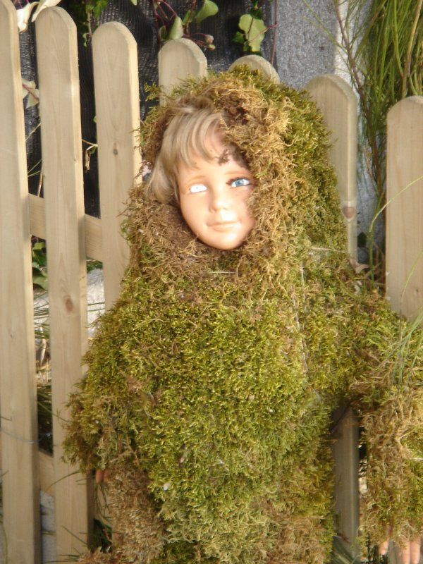 Hombe niño de musgo