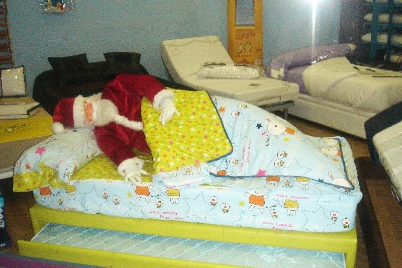 Papa Noel en una cama infantil