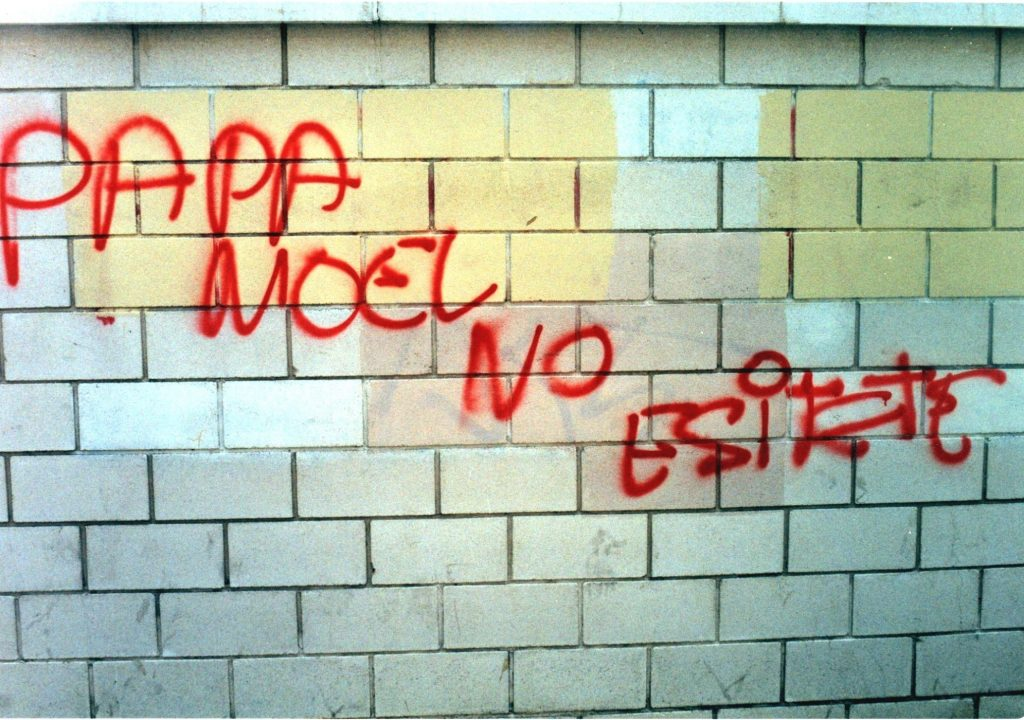 "Pintada ""PAPA NOEL NO ESITETE (sic)"""
