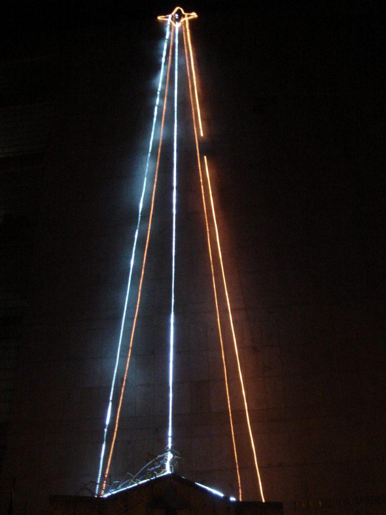 Tiras de LED en forma de arbol navideño en el hospital de Béjar