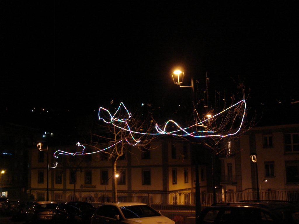 Chapuza hecha con tiras de LED en el murallón de Béjar