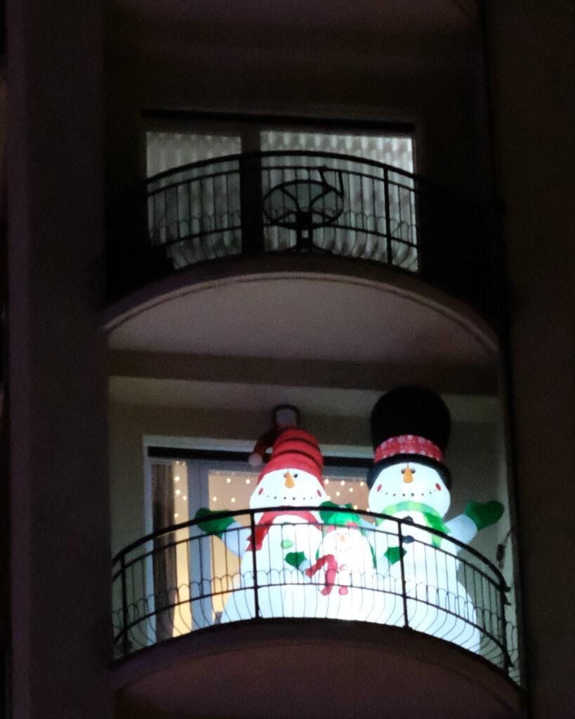 Muñecos de nieve en balcón.
