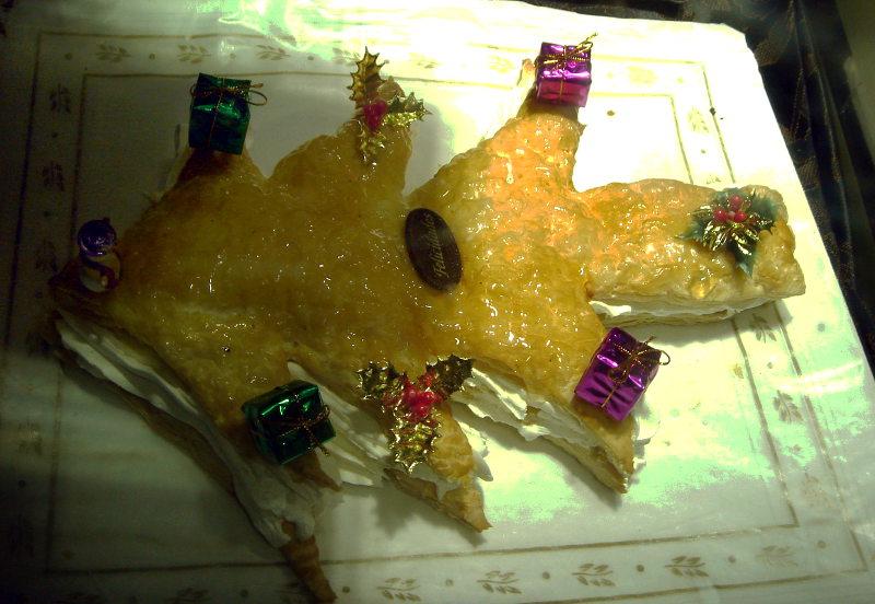 Pastel hojadre con forma de árbol de navidad