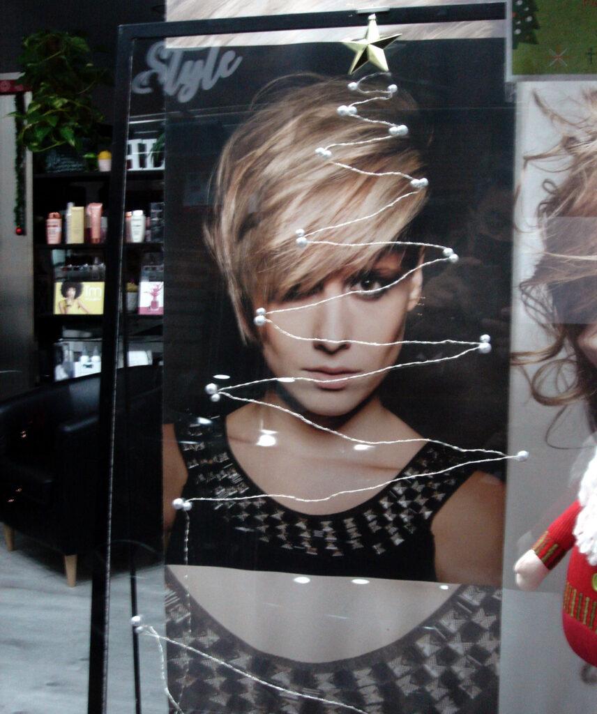 Escaparate de peluquería en Salamanca
