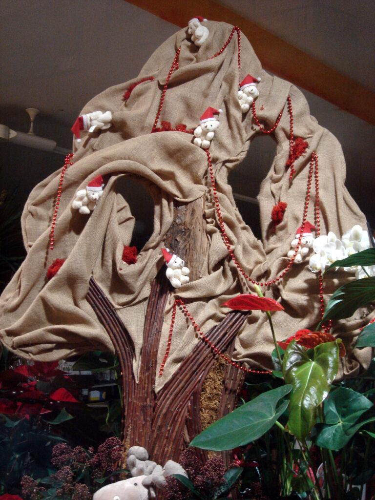 Curioso árbol de navidad hecho con tela de saco.