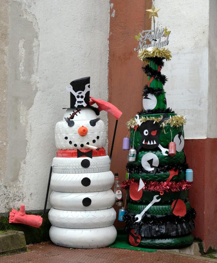 Árbol de navidad y muñeco de nieve hechos con ruedas viejas.